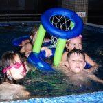 Деца в басейна