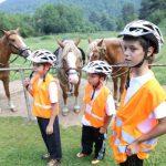 Деца и коне в планината