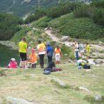 Деца край езерото