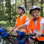 Деца с велосипеди и каски