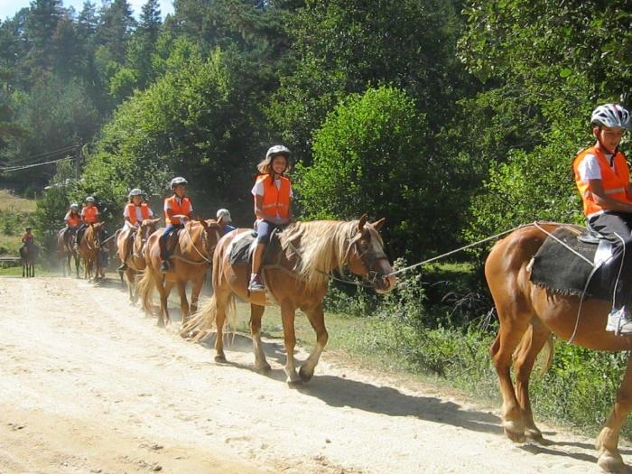 Деца яздят коне в Банско | Lucky Kids