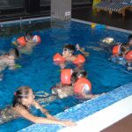 Децата в басейна