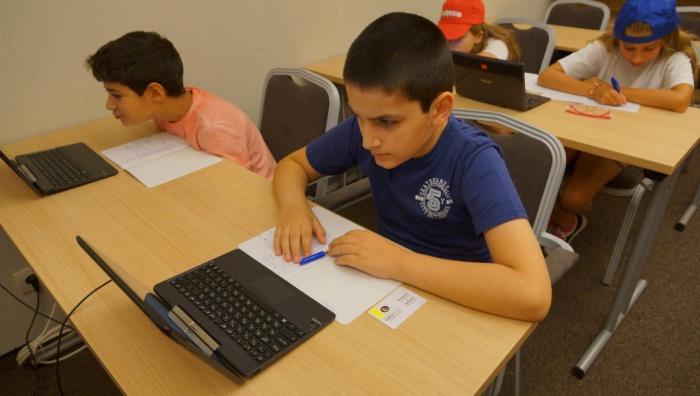Дете решава тест по английски | Lucky Kids