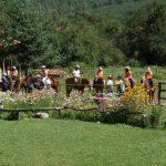 Деца на разходка с коне