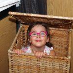 Малко момиче се крие