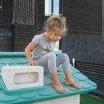 Дете върху покрив