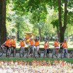 Деца карат велосипеди