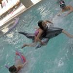 Дети играют в бассейне | LuckyKids