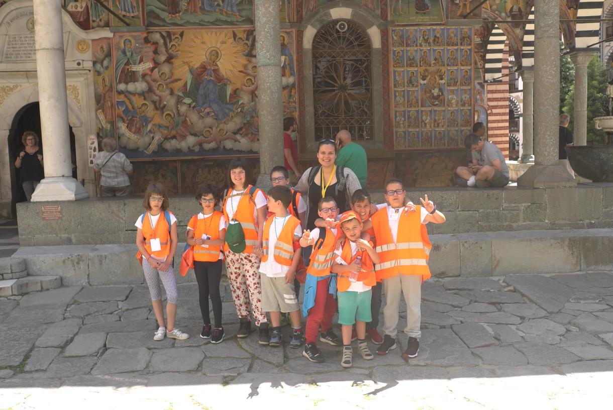 Снимка на деца в Рилски манастир   Lucky Kids