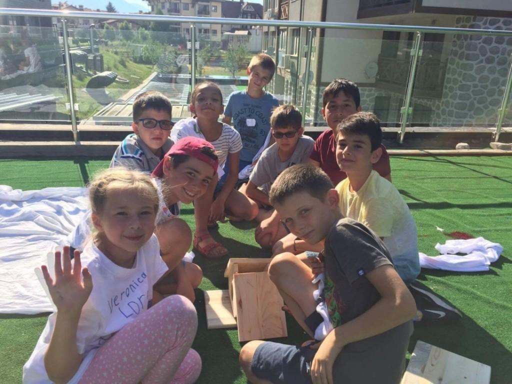 Деца правят къща за птици на открито | Lucky Kids