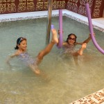 Деца в детски басейн с фонтан | Lucky Kids