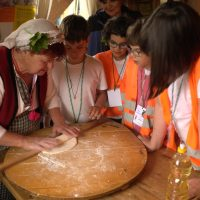 Деца се учат да месят традиционно   Lucky Kids