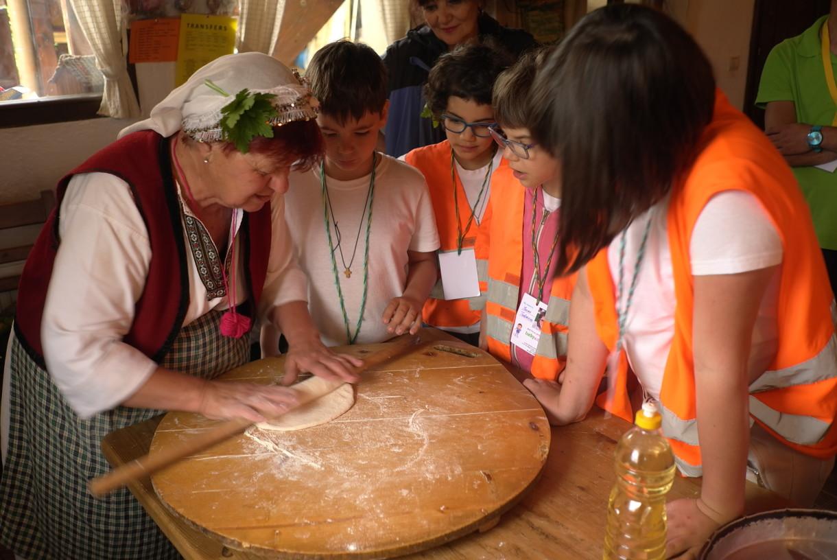 Деца се учат да месят традиционно | Lucky Kids