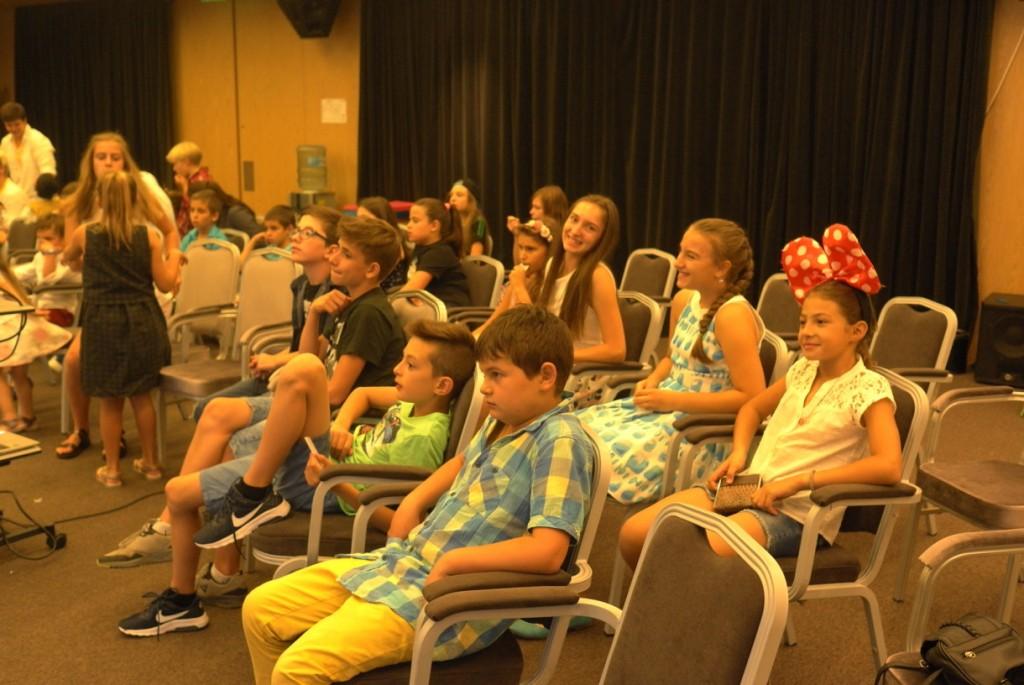 Дети слушают презентацию на английском языке | Lucky Kids