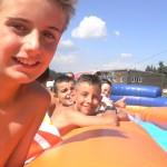 Деца нямат търпение за водна пързалка | Lucky Kids