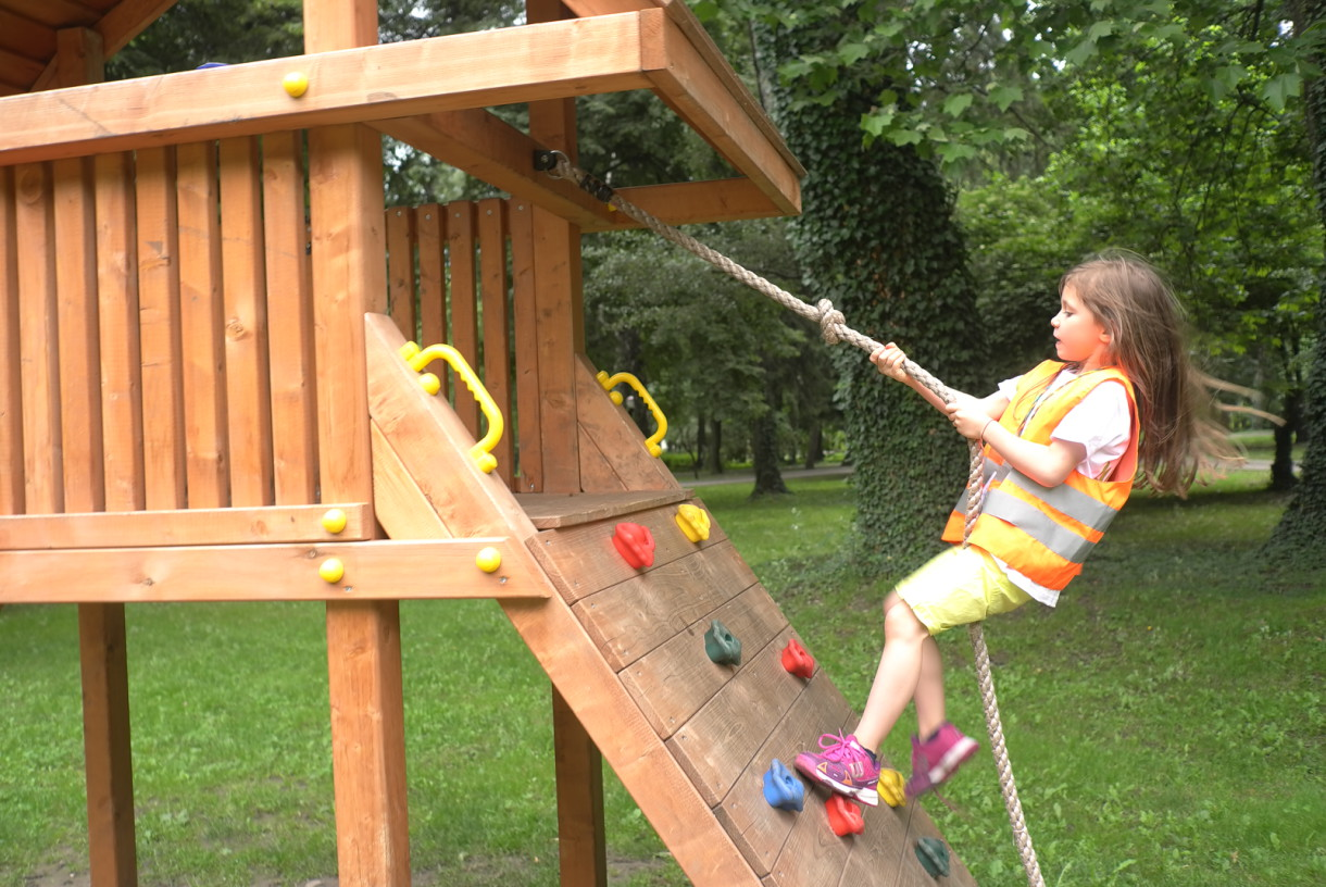 The child climbs on a rope | Lucky Kids