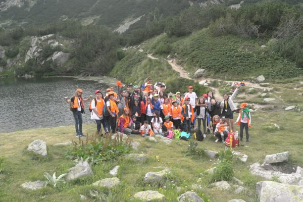 A group photo of children up to a mountain lake | Lucky Kids