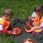 Дети собирают шишки | Lucky Kids