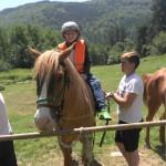 Дети верхом на лошади и учиться | Lucky Kids