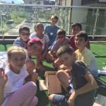 Дети делают дом для птиц на открытом воздухе | Lucky Kids