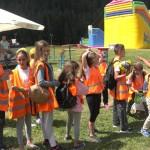 Дети в группе перед горкой | Lucky Kids