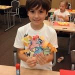 Ребенок делает искусство в английском классе | Lucky Kids