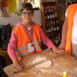 Ребенок замешивают тесто традиционно | Lucky Kids