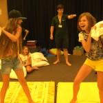 Дети весело бой подушками | Lucky Kids