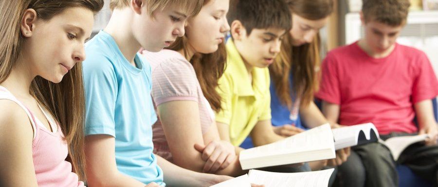 Млади ученици четат в библиотека | Lucky Kids